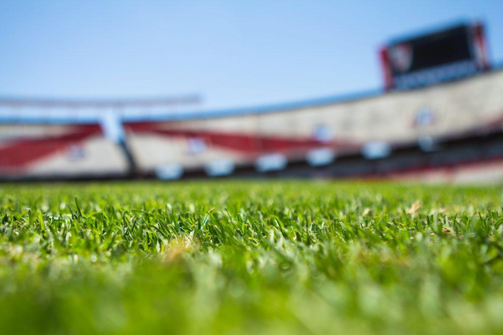 ¿Cuáles son las dimensiones de un campo de fútbol en España?
